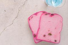 Η αφηρημένη ρόδινη σταφίδα ψωμιού και νερού πασπαλίζει με ψίχουλα και μπλε νερό ζωγραφικής - αφηρημένη έννοια υποβάθρου Στοκ Φωτογραφία