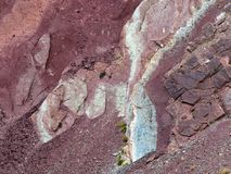 Η αφηρημένη σύσταση υποβάθρου των ιζηματωδών αμμωδών βράχων burgundy του χρώματος και ο φραγμός του πράσινου λίθου χρωματίζουν, μ Στοκ Εικόνα