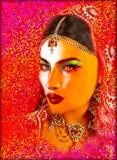 Η αφηρημένη ψηφιακή τέχνη του προσώπου της ινδικής ή ασιατικής γυναίκας, κλείνει επάνω με το ζωηρόχρωμο πέπλο Τα φω'τα μιας ελαιο Στοκ Εικόνες