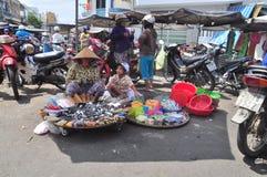 Η αφθονία των φρούτων και το παντοπωλείο είναι για την πώληση σε μια αγορά οδών στο Βιετνάμ στοκ φωτογραφία με δικαίωμα ελεύθερης χρήσης