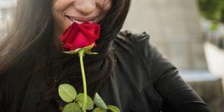 Η αφρικανική γυναίκα αυξήθηκε έννοια βαλεντίνων πάθους αγάπης λουλουδιών Στοκ Εικόνες