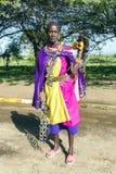 Η αφρικανική γυναίκα της φυλής Masai πωλεί τις διακοσμήσεις φιαγμένες από χάντρες Στοκ Φωτογραφία