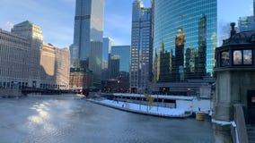 Η αχνιστή εξάτμιση από τον ποταμό του Σικάγου στο χειμερινό πρωί ως temps πέφτει κατακόρυφα φιλμ μικρού μήκους