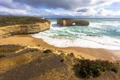 Η αψίδα μεγάλοι ωκεάνιοι απότομος βράχος δρόμων Βικτώριας, Αυστραλία και θάλασσας περιχώρων ωκεανοί και στοκ φωτογραφία με δικαίωμα ελεύθερης χρήσης