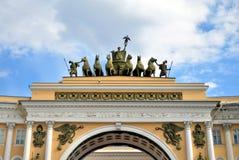 Η αψίδα του Γενικού Επιτελείου στο τετράγωνο παλατιών στοκ φωτογραφίες
