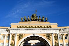 Η αψίδα του Γενικού Επιτελείου στο τετράγωνο παλατιών στοκ φωτογραφίες με δικαίωμα ελεύθερης χρήσης