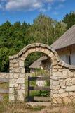 Η αψίδα του ασβεστόλιθου και της ξύλινης πύλης Στοκ φωτογραφία με δικαίωμα ελεύθερης χρήσης
