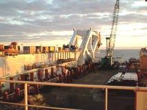 Η λαϊκή φορτηγίδα γεφυρών Σωλήνες και ανυψωτικοί γερανοί στο σκάφος Εξοπλισμός για μια σωλήνωση στο βυθό φιλμ μικρού μήκους
