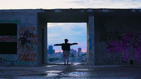 Η αύξηση γυναικών παραδίδει τον αέρα στη στέγη του εγκαταλειμμένου κτηρίου, χρωματισμένοι οδός τοίχοι φιλμ μικρού μήκους