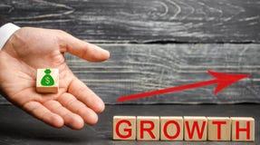 Η αύξηση επιγραφής και επάνω στο βέλος Η έννοια μιας επιτυχούς επιχείρησης Αύξηση στο εισόδημα, μισθός Η αύξηση της επιχείρησης στοκ φωτογραφίες με δικαίωμα ελεύθερης χρήσης