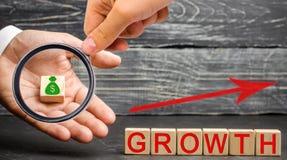 Η αύξηση επιγραφής και επάνω στο βέλος Η έννοια μιας επιτυχούς επιχείρησης Αύξηση στο εισόδημα, μισθός Η αύξηση της επιχείρησης στοκ εικόνες με δικαίωμα ελεύθερης χρήσης