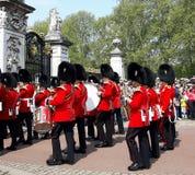 Η αλλαγή της φρουράς παρουσιάζει στο Λονδίνο Στοκ Εικόνα