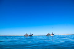 Η αλιεία schooner μπαίνει σε το λιμένα είναι πλήρης της σύλληψης. Στοκ Φωτογραφίες