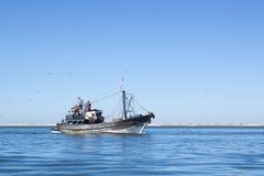 Η αλιεία schooner μπαίνει σε το λιμένα είναι πλήρης της σύλληψης. Στοκ Φωτογραφία