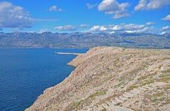 Η αδριατική θάλασσα και οι απότομοι βράχοι στον ηλιόλουστο καιρό, Κροατία Στοκ φωτογραφία με δικαίωμα ελεύθερης χρήσης