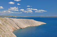 Η αδριατική θάλασσα και οι απότομοι βράχοι στον ηλιόλουστο καιρό, Κροατία Στοκ Εικόνες