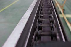 Η αλυσίδα και ο άξονας οδηγούν το μεταφορέα γραμμών Στοκ Εικόνες