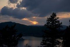 η αλυσίδα καλύπτει την οριζόντια ελαφριά ο λιμνών του Ιλλινόις επιφάνεια ΗΠΑ ηλιοβασιλέματος ουρανού φωτογραφίας λιμνών πορτοκαλι Στοκ φωτογραφία με δικαίωμα ελεύθερης χρήσης