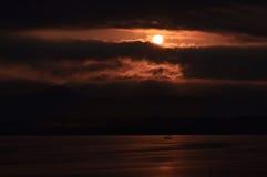 η αλυσίδα καλύπτει την οριζόντια ελαφριά ο λιμνών του Ιλλινόις επιφάνεια ΗΠΑ ηλιοβασιλέματος ουρανού φωτογραφίας λιμνών πορτοκαλι Στοκ Εικόνες