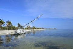 Η βάρκα έπλυνε επάνω στην παραλία Smathers Στοκ φωτογραφίες με δικαίωμα ελεύθερης χρήσης