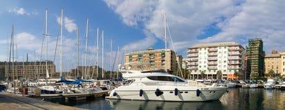 Η βάρκα είναι στην αποβάθρα Ιταλία savona 2 Αυγούστου 2016 Στοκ Φωτογραφία