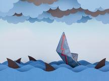 Η βάρκα εγγράφου βυθίζει στη θάλασσα εγγράφου Στοκ φωτογραφίες με δικαίωμα ελεύθερης χρήσης
