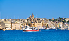 Η βάρκα επιβατών διασχίζει το μεγάλο κόλπο, Valletta, Μάλτα Στοκ Φωτογραφίες
