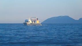 Η βάρκα επιπλέει στη θάλασσα στο λυκόφως, Μεσόγειος, Τουρκία, βουνά στο υπόβαθρο φιλμ μικρού μήκους