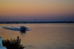 Η βάρκα επιπλέει στο βράδυ τον ποταμό Dnieper Στοκ εικόνες με δικαίωμα ελεύθερης χρήσης