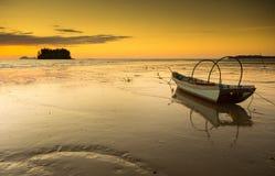 η βάρκα και το ζωηρόχρωμο ηλιοβασίλεμα στοκ φωτογραφία με δικαίωμα ελεύθερης χρήσης