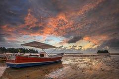 Η βάρκα και το ηλιοβασίλεμα Στοκ Εικόνα