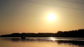 Η βάρκα κινείται κατά μήκος του ποταμού φιλμ μικρού μήκους
