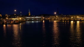 Η βάρκα κινεί τη θάλασσα πόλεων νύχτας απόθεμα βίντεο