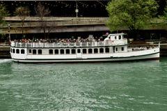 Η βάρκα κρουαζιέρας ποταμών πετά μακριά στοκ φωτογραφίες