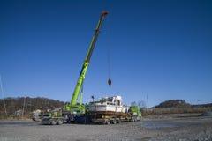 Εκφόρτωση της σκουριασμένης βάρκας στην αποβάθρα Στοκ Εικόνες