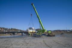 Εκφόρτωση της σκουριασμένης βάρκας στην αποβάθρα Στοκ Φωτογραφία