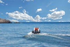 Η βάρκα με μια μηχανή πλέει στη θάλασσα Στοκ Εικόνες