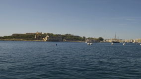 Η βάρκα μηχανών εισάγεται στο λιμένα σε Valletta, Μάλτα απόθεμα βίντεο