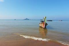 η βάρκα παραλιών αγκυλών έριξε την εύκολη άμμο longtail Στοκ Φωτογραφίες
