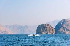 Η βάρκα που επιπλέει στην παραλία που περιβάλλεται από την έρημο λικνίζει κοντά σε Khasab στοκ φωτογραφία με δικαίωμα ελεύθερης χρήσης