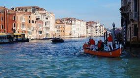Η βάρκα πλέει με το μεγάλο κανάλι στη Βενετία, Ιταλία Στοκ Φωτογραφίες