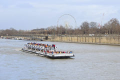 η βάρκα σε έναν ποταμό Sena στο Παρίσι Στοκ Εικόνες