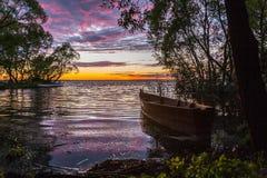Η βάρκα σε μια ρόδινη πτώση Στοκ Φωτογραφία