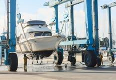 Η βάρκα σηκώνει του νερού Στοκ εικόνες με δικαίωμα ελεύθερης χρήσης