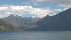 Η βάρκα στην ακτή μιας λίμνης απόθεμα βίντεο