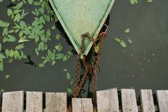 Η βάρκα στην αλυσίδα στην αποβάθρα στοκ εικόνες