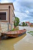 Η βάρκα στην πλημμυρισμένη πόλη Στοκ Εικόνες