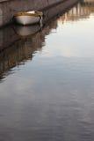Η βάρκα στο υψηλό ανάχωμα γρανίτη Στοκ Φωτογραφία