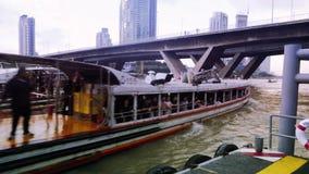 Η βάρκα ταξί στον ποταμό της Mae Nam Chao Phraya στη Μπανγκόκ, Ταϊλάνδη μεταφέρει τους ανθρώπους φιλμ μικρού μήκους