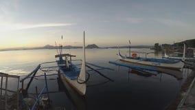 Η βάρκα τουριστών έδεσε στην ακτή λιμνών που εξυπηρετεί στους διά ταξιδιώτες νησιών απόθεμα βίντεο